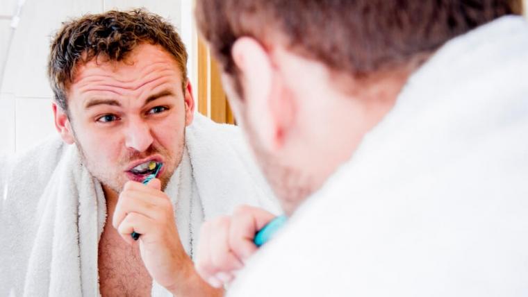 Obnażanie szyjek zębowych – jakie objawy powinny Cię zaniepokoić?
