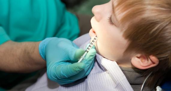 Leczenie zębów u dzieci pod narkozą – czy należy mieć obawy?