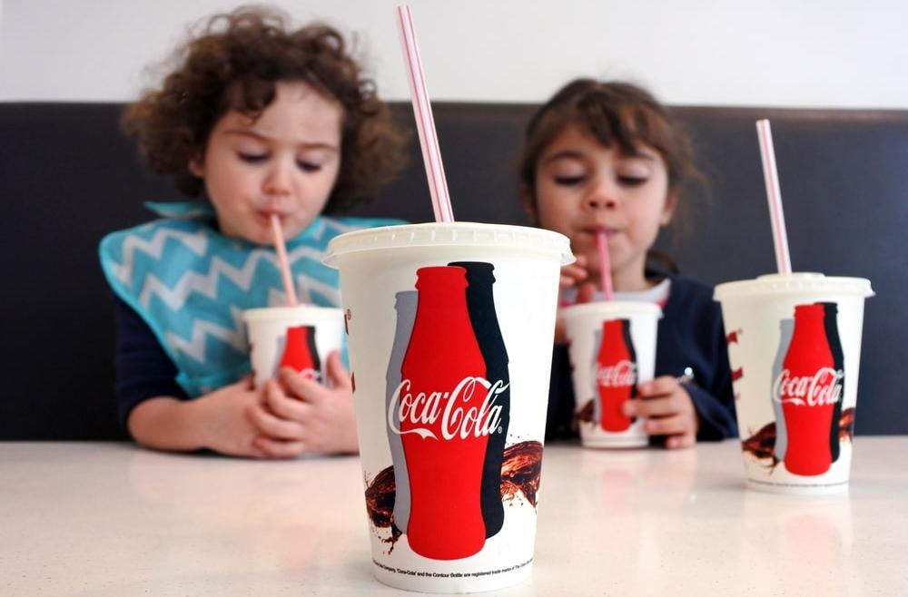 Jak picie gazowanych, słodkich napojów wpływa na zęby?