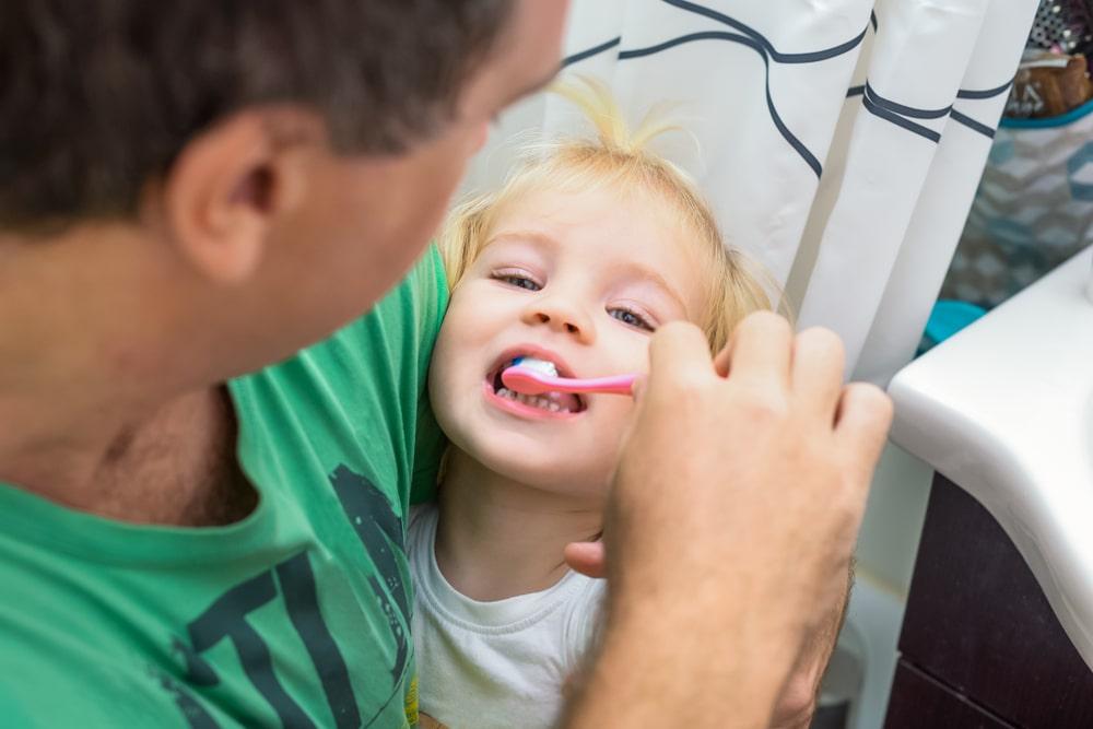 Jak skłonić dziecko do regularnego mycia zębów?