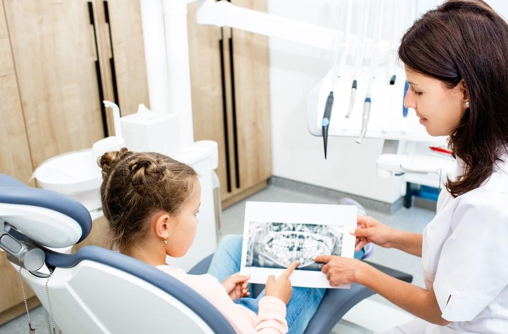 Leczenie zębów mlecznych – jakich problemów pozwoli uniknąć?