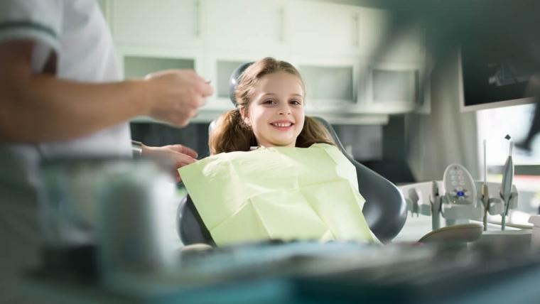 Leczenie zębów mlecznych pod narkozą – kiedy jest możliwe?