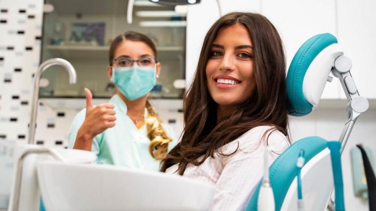 Pandemia w regresie – dlaczego to dobry moment, by zapisać się na konsultację stomatologiczną?